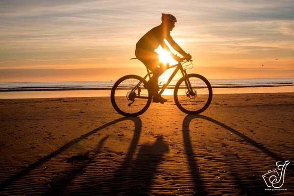 Over Sporteiland: Casper van de Kamp fietsend over het strand op Ameland